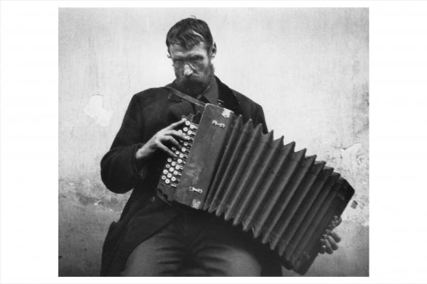 ο ακορντεονίστας, Esztergom, 1916