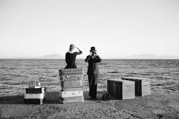 ασπρόμαυρη φωτογραφία, παραλία, βαλίτσες, γυναίκα, άνδρας