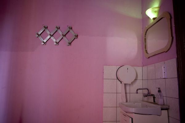 ροζ τοίχος, μπάνιο