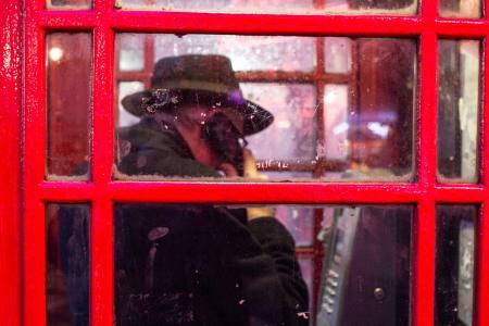 φωτογραφία Ανδριώτης Παναγιώτης / άνδρας μέσα σε κόκκινο τηλεφωνικό θάλαμο στο Λονδίνο