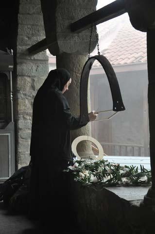 φωτογραφία καλόγριας σε ορθόδοξο μοναστήρι στα Μετέωρα -- φωτογραφία: Νίκος Τσάρ