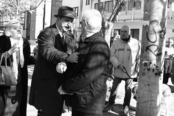 ασπρόμαυρη φωτογραφία, μεσήλικες άνδρες, διαμάχη