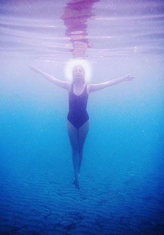 γυναίκα στο νερό, φωτοστέφανο