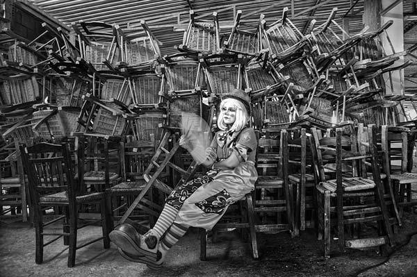 ασπρόμαυρη φωτογραφία, κλόουν, καρέκλες