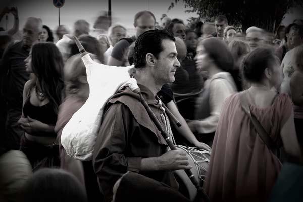 ασπρόμαυρη φωτογραφία, άντρας με παραδοσιακό μουσικό όργανο