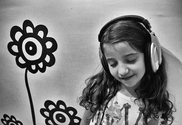 ασπρόμαυρη φωτογραφία, κορίτσι με ακουστικά