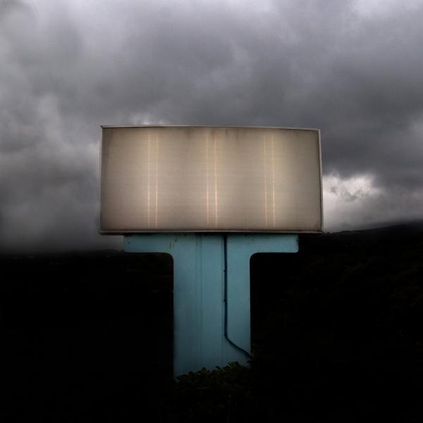 διαφημιστικό ταμπλό σε επαρχιακή οδό, συννεφιά