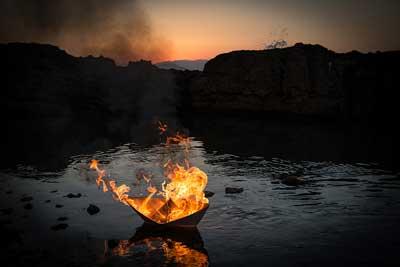 Τάρταρος, χάρτινο καράβι τυλιγμένο σε φλόγες, θάλασσα