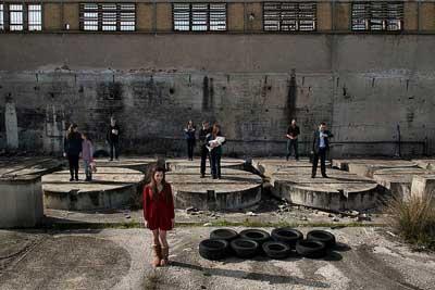 άτομα σε εγκαταλελειμμένο κτήριο