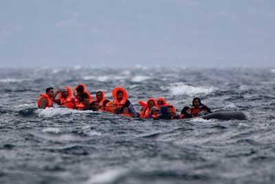 πρόσφυγες με σωσίβια στα ανοιχτά του Αιγαίου