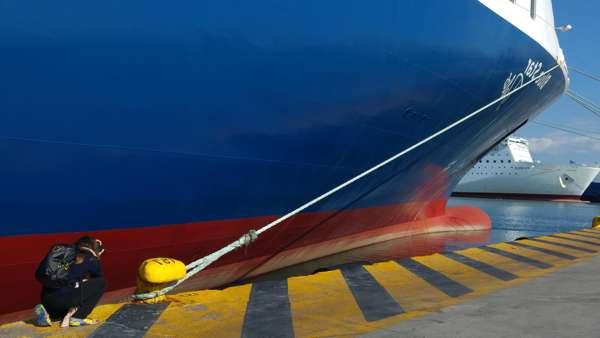φωτογράφος απαθανατίζει λεπτομέρεια κάβου που είναι δεμένο πλοίο σε λιμάνι