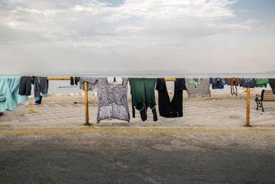 Immigrant's journey, ρούχα απλωμενα σε σιδεριές στο δρόμο