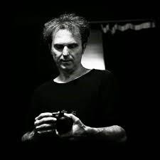 ο Βασίλης Γεροντάκος κρατάει μια φωτογραφική μηχανή