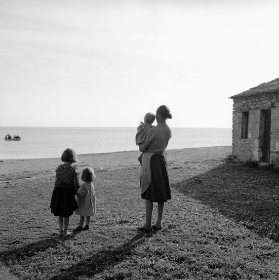 γυναίκα με ταπαιδιά της αγναντεύουν τη θάλασσα