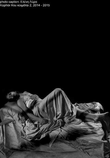 γυναίκα τυλιγμένη με ένα σεντόνι κοιμάται σε ένα κρεβάτι