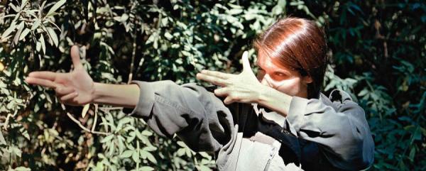 γυναίκα προσποιείται ότι σημαδέυει κάπου με φανταστικό όπλο