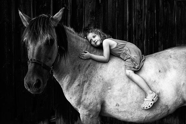 ασπρόμαυρη φωτογραφία, κοριτσάκι, άλογο