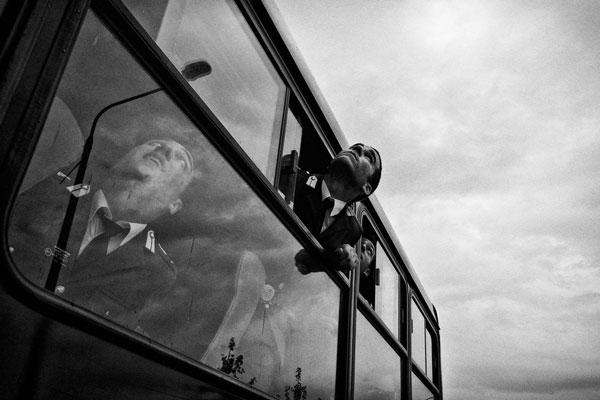 στρατιώτες κοιτάνε τον ουρανό απο παράθυρο οχήματος
