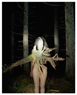 γυναικείο γυμνό σώμα μέσα σε δάσος