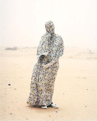 empire, άνθρωπος στην έρημο καλυμμένος εντελώς με κάποιο ένδυμα