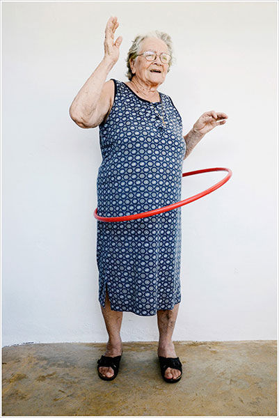 ηλικιωμένη γυναίκα κάνει χουλα χουπ