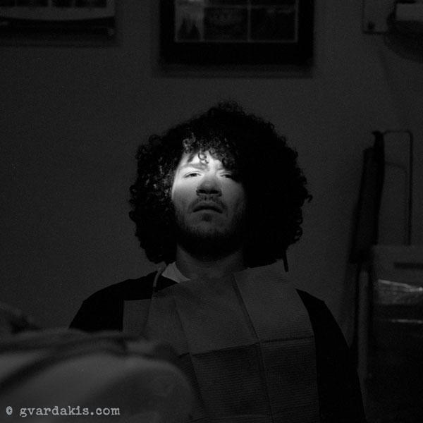 πορτραίτο νεαρού άνδρα σε οδοντίατρο