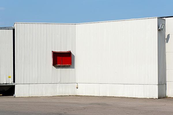 άσπρος τοίχος, κόκκινο παραθυράκι