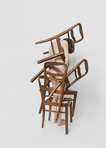 Post, γυναικείο γυμνό σώμα κουβαλάει καρέκλες
