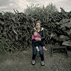 γυναίκα πρόσφυγας κρατάει αγκαλιά το παιδί της / Caesura / Όσο κρατάει μια ανάσα