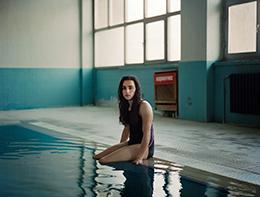 κορίτσι με τα πόδια μεσα στο νερό μιας πισίνας / Return