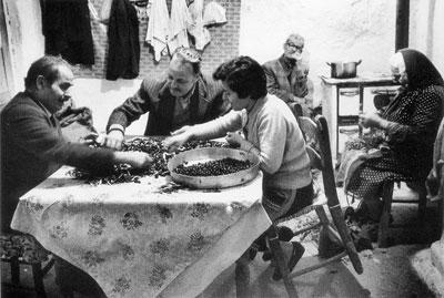 ασπρόμαυρη φωτογραφία, ηλικιωμένοι στην κουζινα