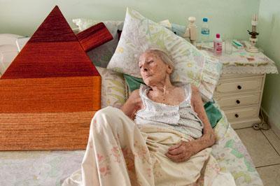 ηλικιωμένη ξαπλωμένη σε κρεβάτι