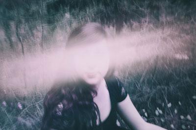 πορτραίτο κοριτσιού με σβησμένο το πρόσωπο λόγω φωτός