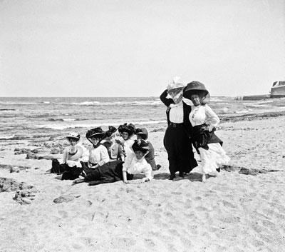 γυναίκες ποζάρουν στην παραλία με ρούχα εποχής