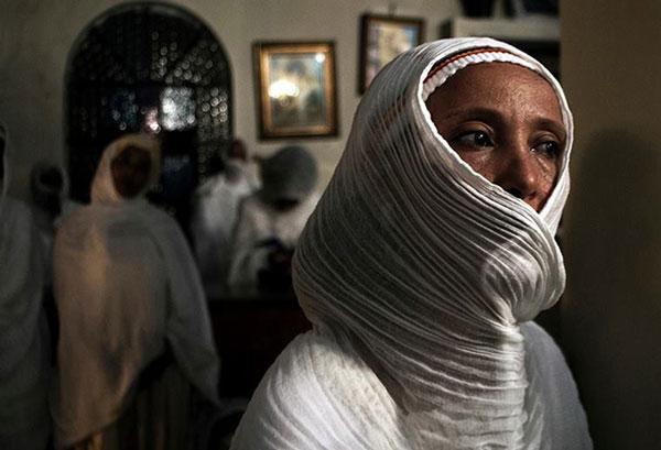 γυναίκα με άσπρη μαντήλα