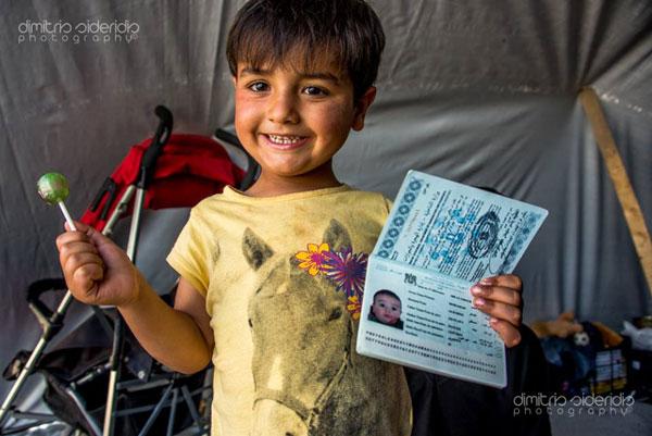 παιδάκι κρατάει στο ένα χέρι γλυφιτζούρι και στο άλλο ενα διαβατήριο