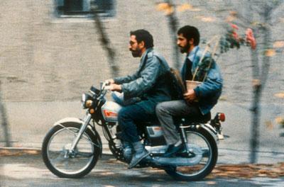 σκηνή από την ταινία close up, δύο άνδρες σε μηχανάκι