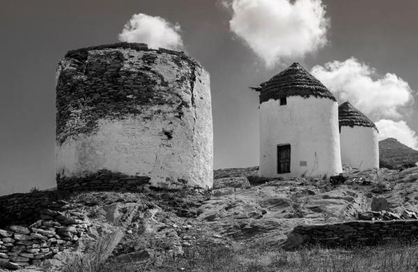 ασπρόμαυρη φωτογραφία απο σπιτάκια σε κάποιο νησί