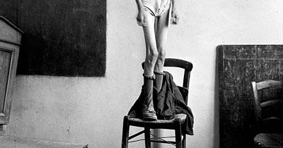 Λεπτομέρεια φωτογραφίας του Δημήτρη Χαρισιάδη (1911-1993), σκελετωμένο σώμα όρθιο σε καρέκλα