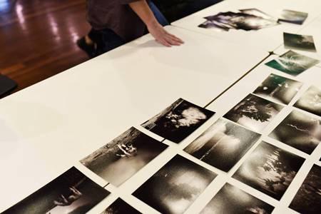 εκτυπωμένες φωτογραφίες σε πάγκο εργασίας