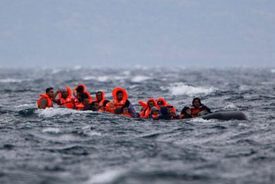 πρόσφυγες με σωσιβια στα ανοιχτά της θάλασσας
