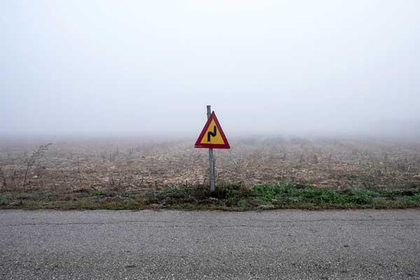 σήμα οδικής κυκλοφορίας στη μέση αγρού