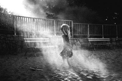 ασπρόμαυρη φωτογραφία, κορίτσι λουσμένο στο φως