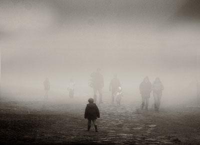 τοπίο ομίχλης, παιδί περπατάει προς το μέρος μιας σειράς ανθρώπων