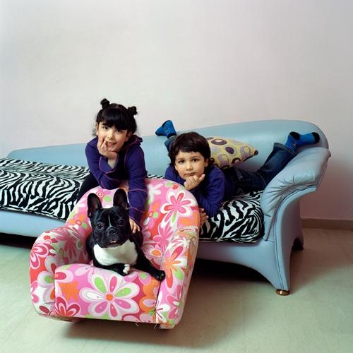 """παιδιά και σκύλος ξαπλωμένα σε καναπέ / από τη σειρά """"His master's voice"""""""
