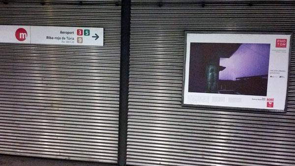 φωτογραφία της έκθεσης σε μία στάση μετρό