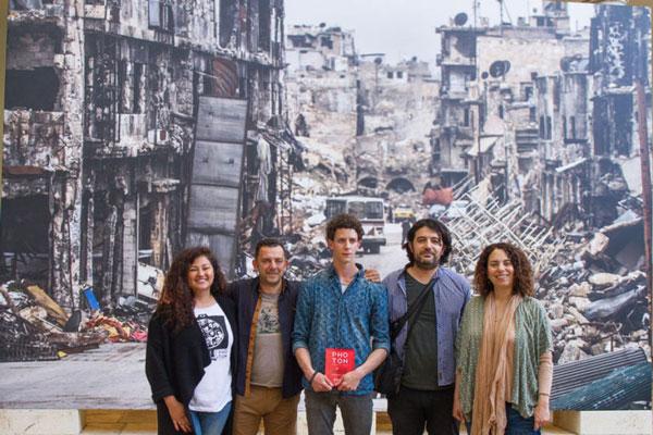 Φωτογραφία από την απονομή των βραβείων και την τελετή λήξης του φεστιβάλ Photon στην πόλη της Βαλένθια, από αριστερά, Tania Castro, Αχιλλέας Τζιάκος, Sergi Alcazar Badia, Παναγιώτης Παπουτσής, Νατάσα Γιανναράκη