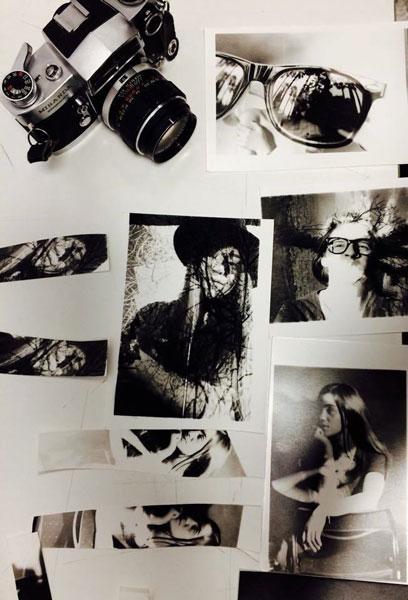 διάφορες ασπρόμαυρες φωτογραφίες απλωμένες σε ένα τραπέζι