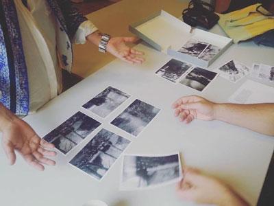 φωτογραφίες απλωμένες σε τραπέζι