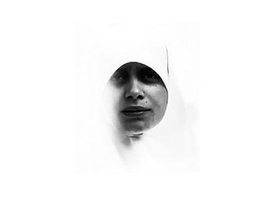 πορτραίτο γυναίκας με άσπρη μαντήλα, έντονο contrast, ασπρόμαυρη